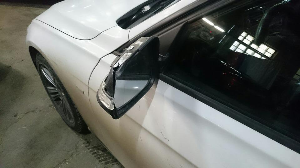 сломанное зеркало F30