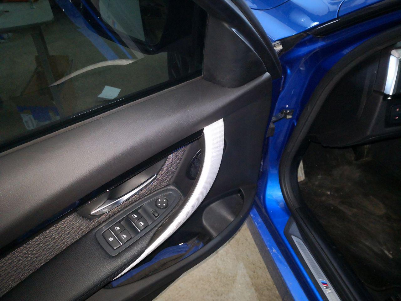 Передняя дверь BMW F30 с одним штатным СЧ-динамиком