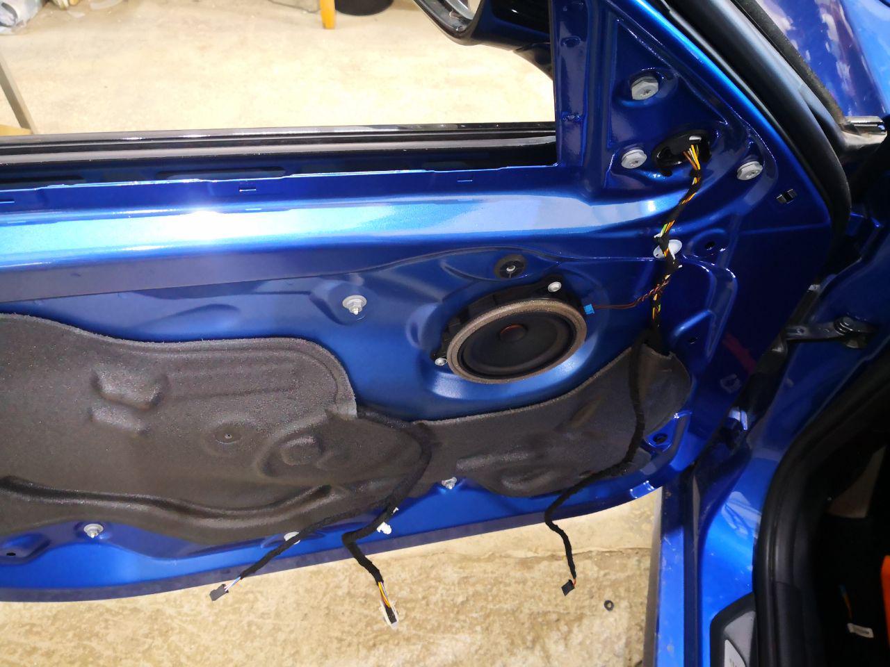 Передняя дверь F30 в разобранном виде