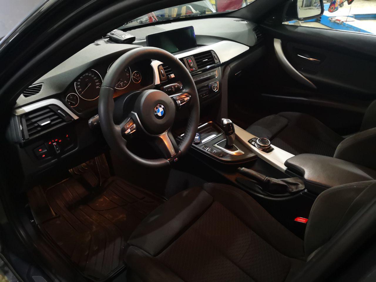 салон BMW F30