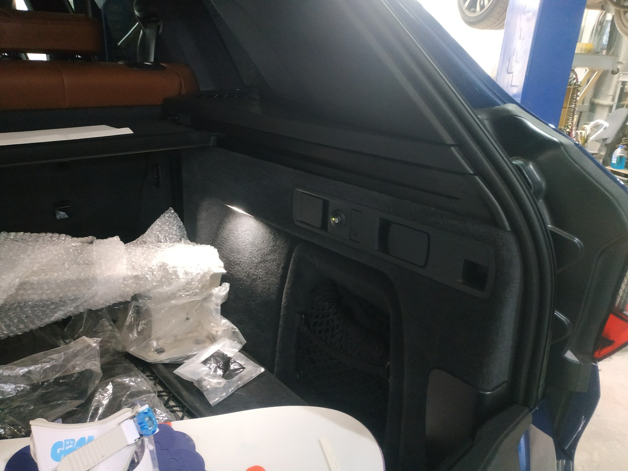 кнопка управления электрическим фаркопом в багажнике