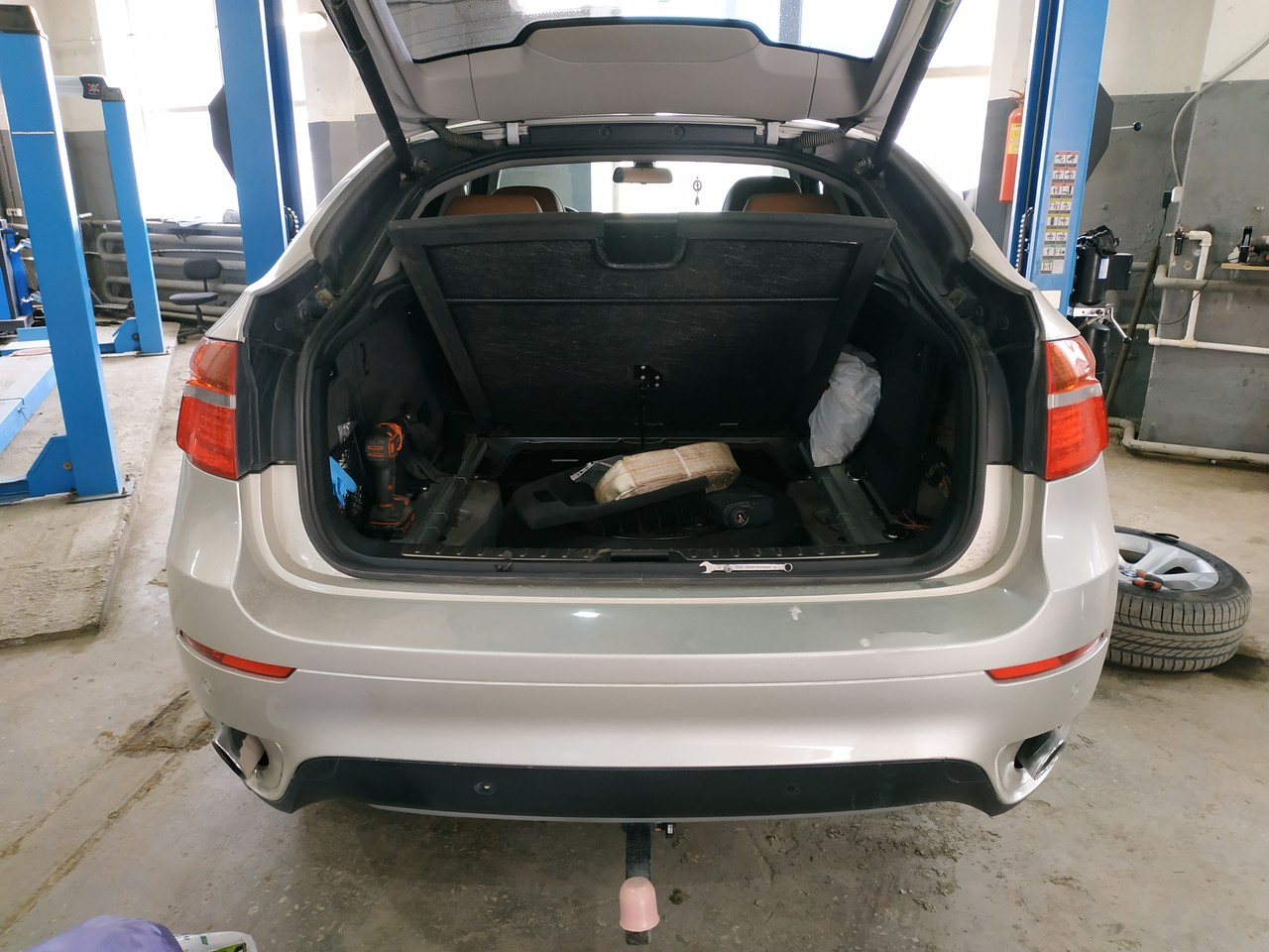X6 E71 с открытым багажником