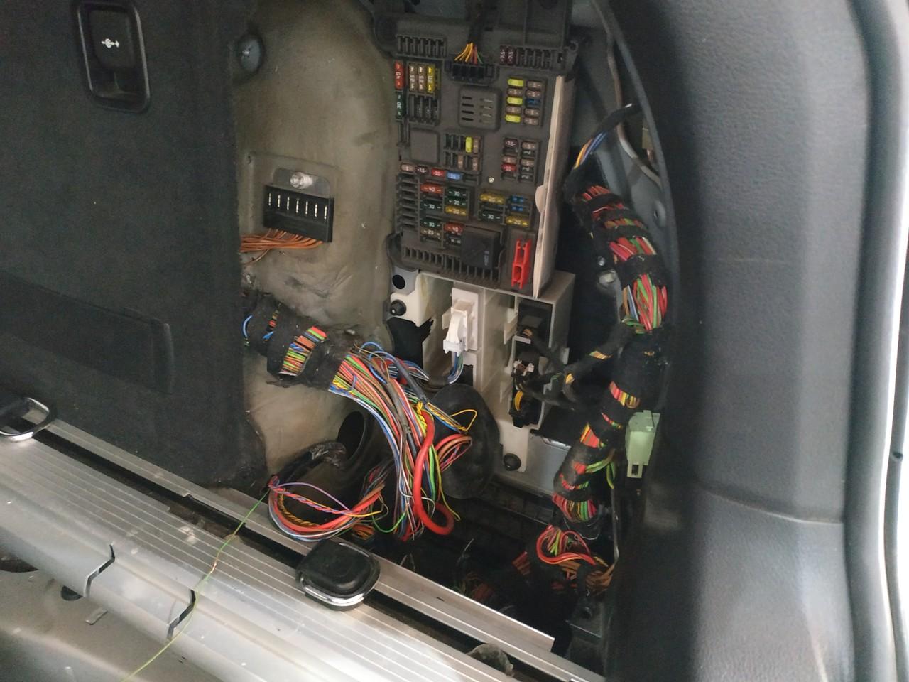 проводка и блок предохранителей в багажнике E71
