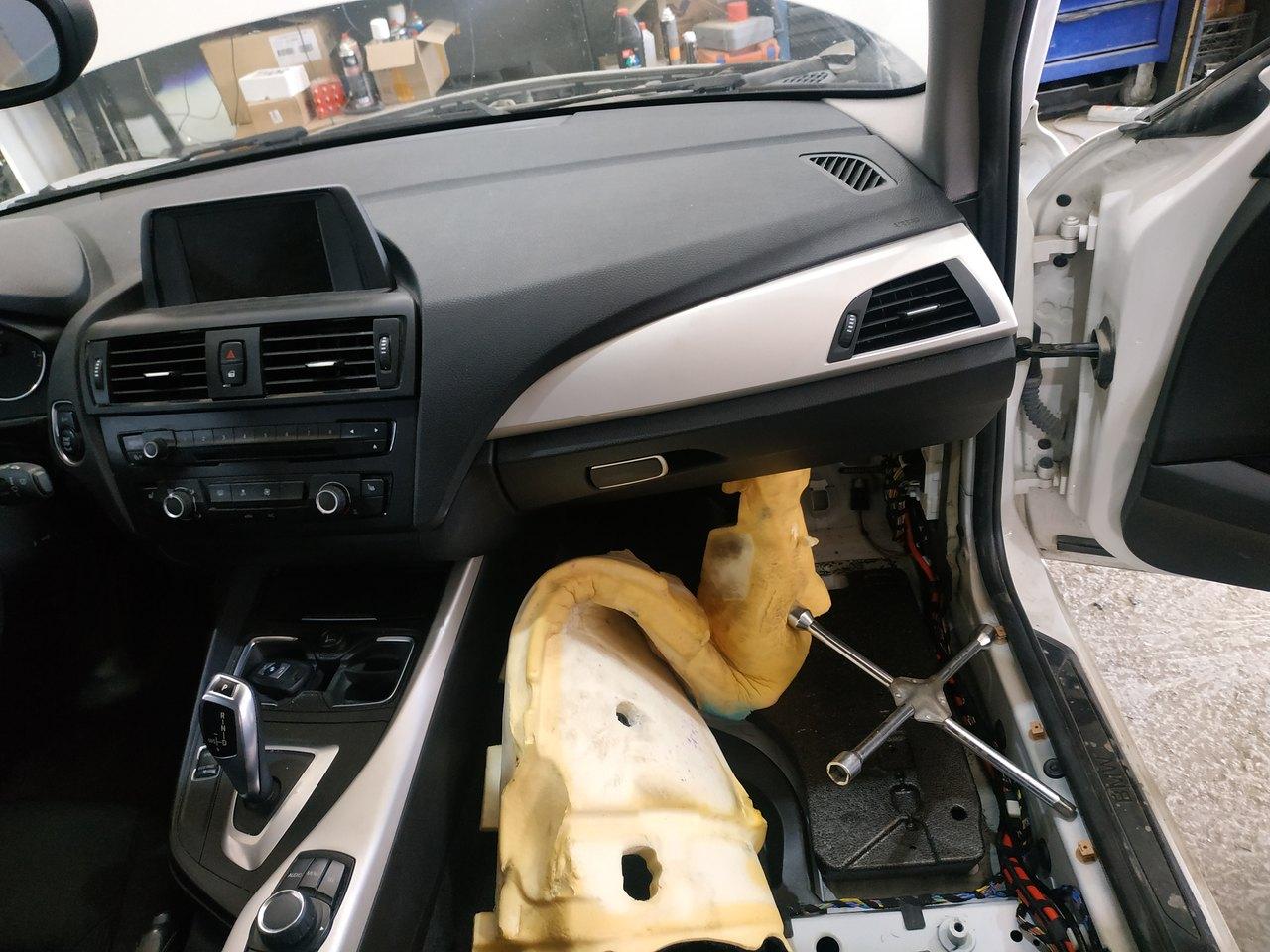 Центральный блок управления автомобилем BMW F20 справа под консолью