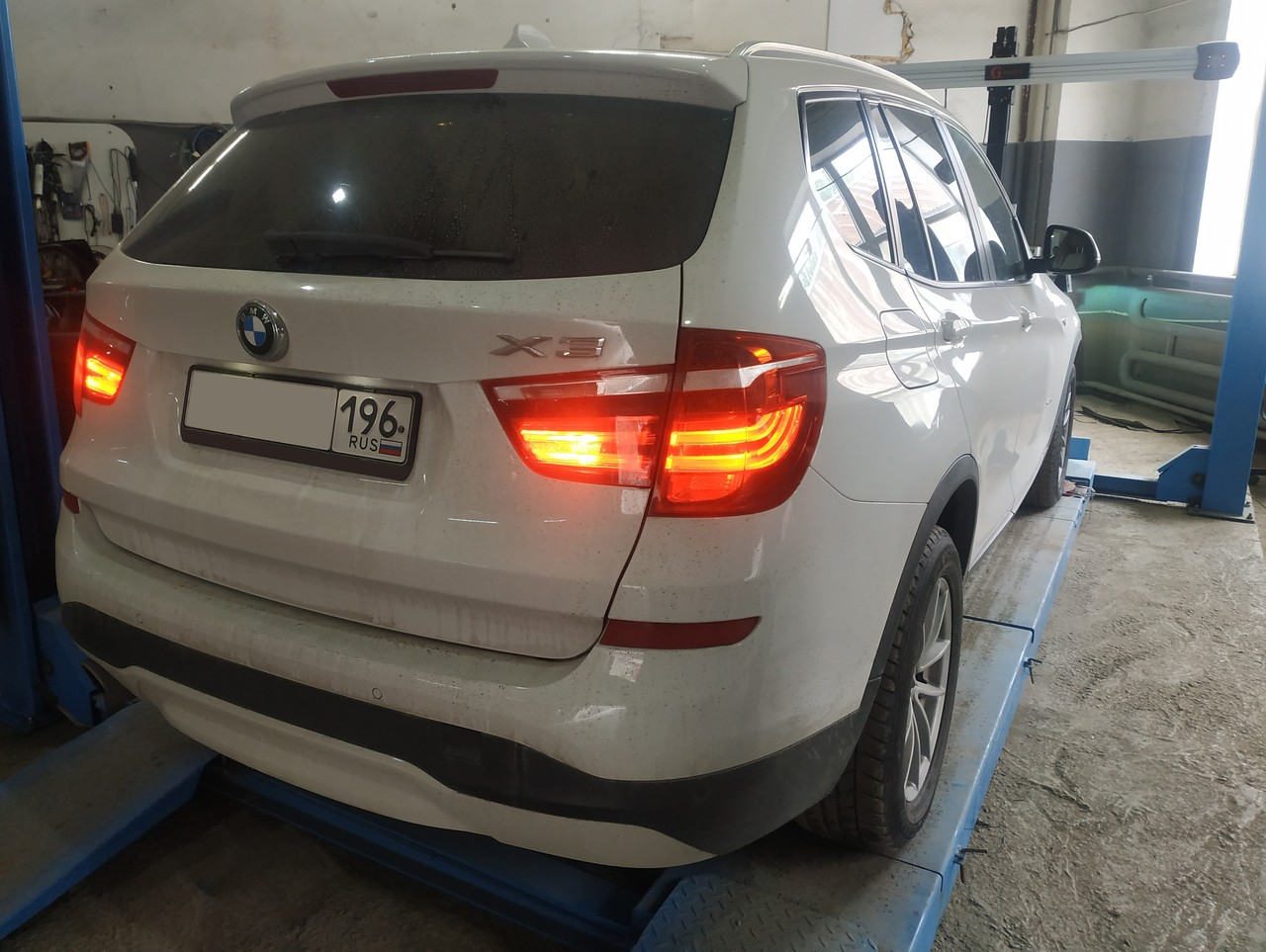 BMW X3 F25 с включенными задними фонарями