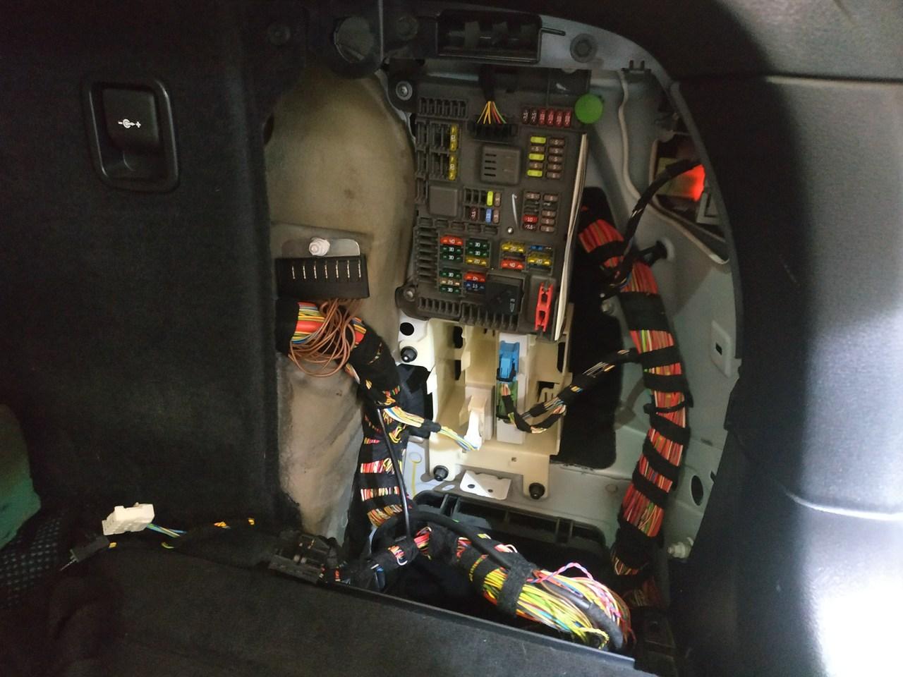 E71, место расположения блока управления крышкой багажника
