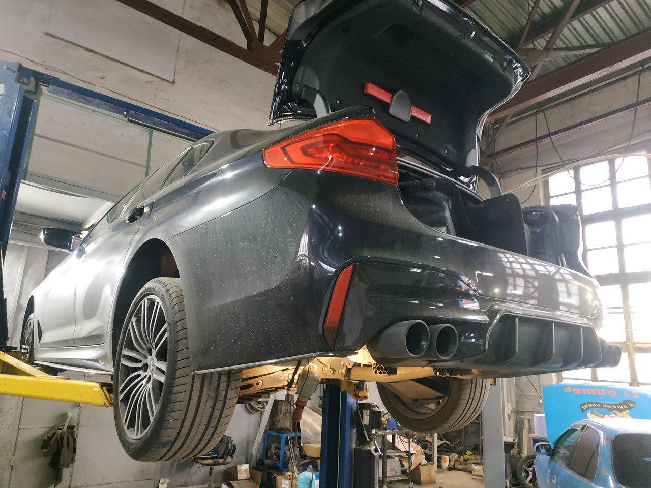 BMW G30, вид сзади