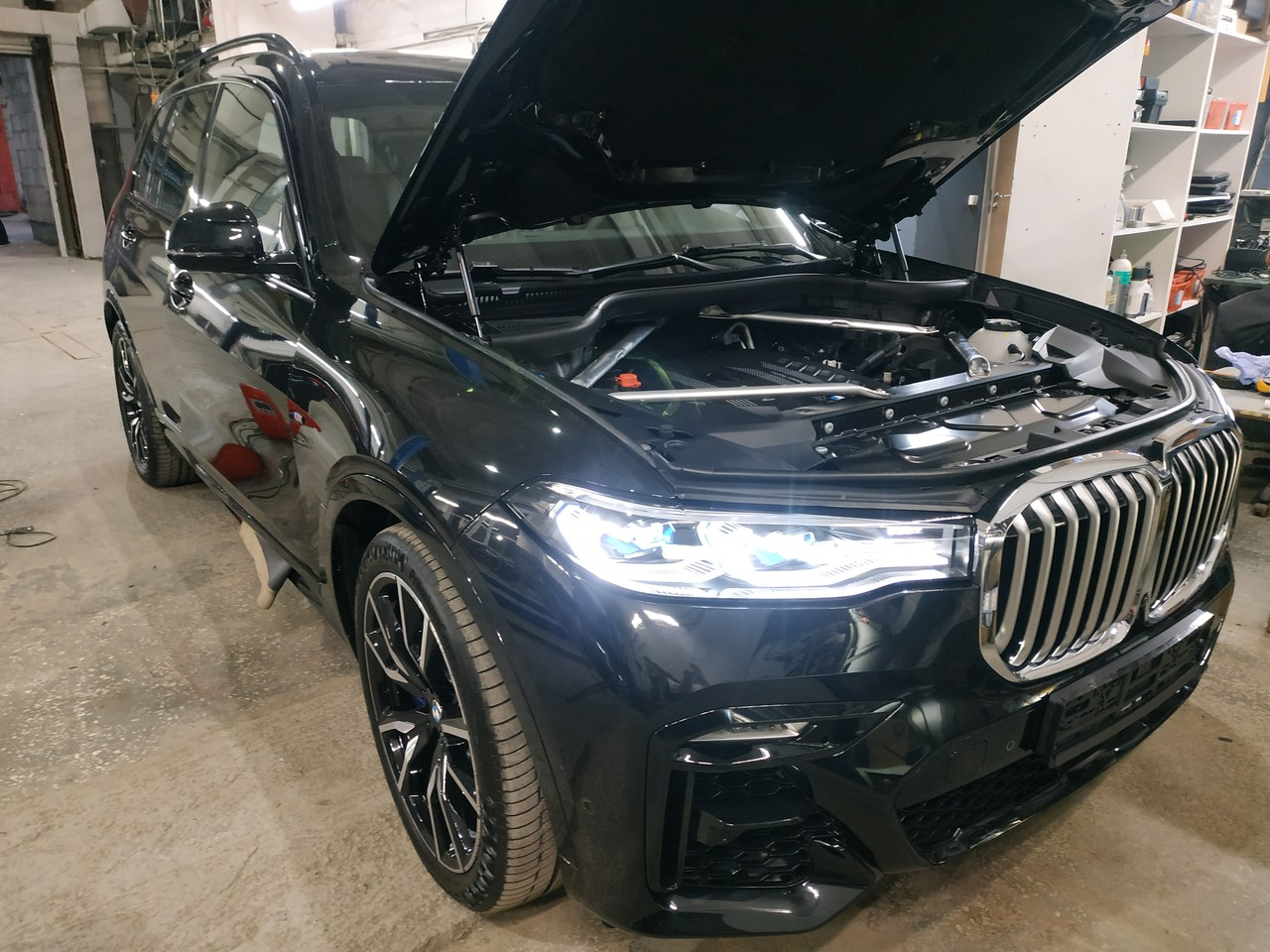 BMW X7 G07 с открытым капотом