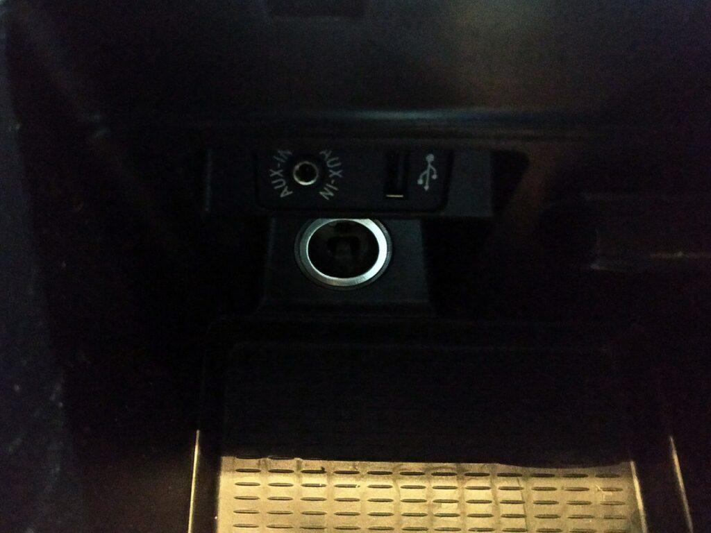 Установили USB в подлокотник, музыка с флэшки