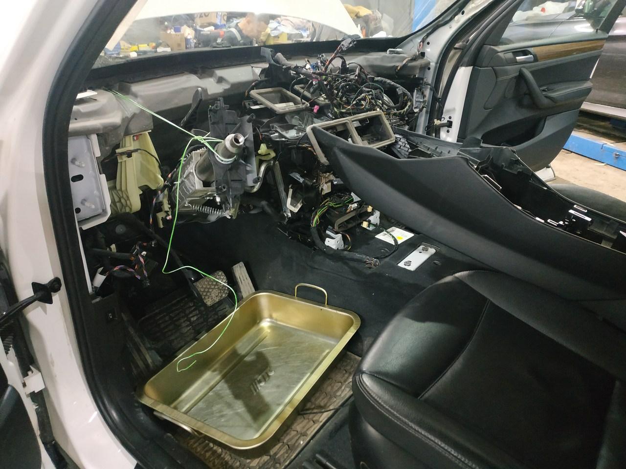 разобранная передняя консоль F25