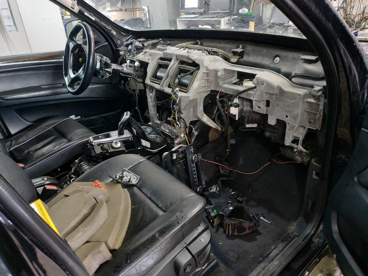 Разобранная передняя консоль, BMW X5 E70