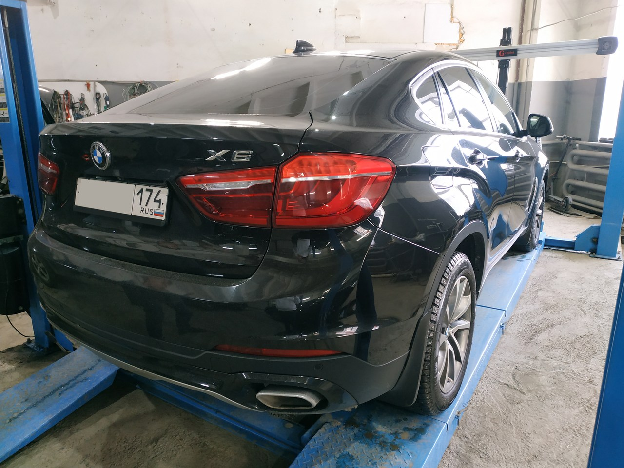 BMW X6 F16, вид сзади
