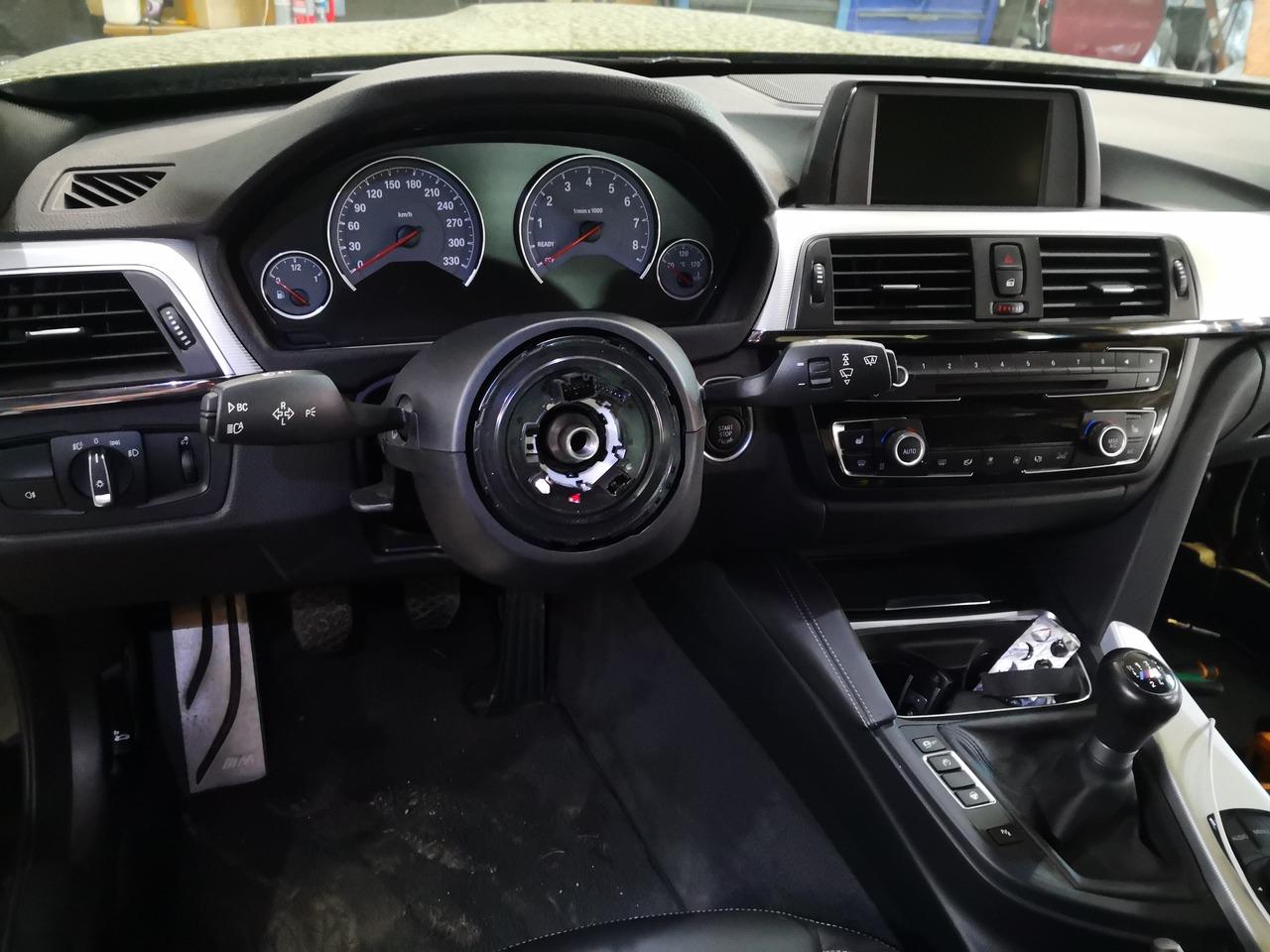 BMW M4, процесс установки руля