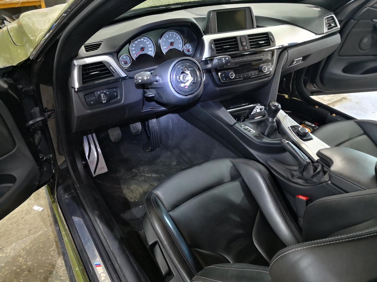 салон M4 со снятым рулем