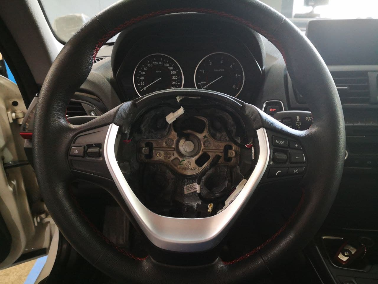 Процесс замены кнопок на руле