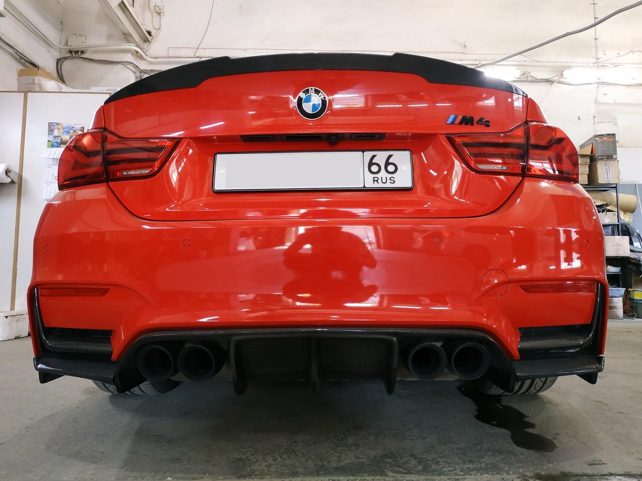 BMW F82 M4, вид сзади