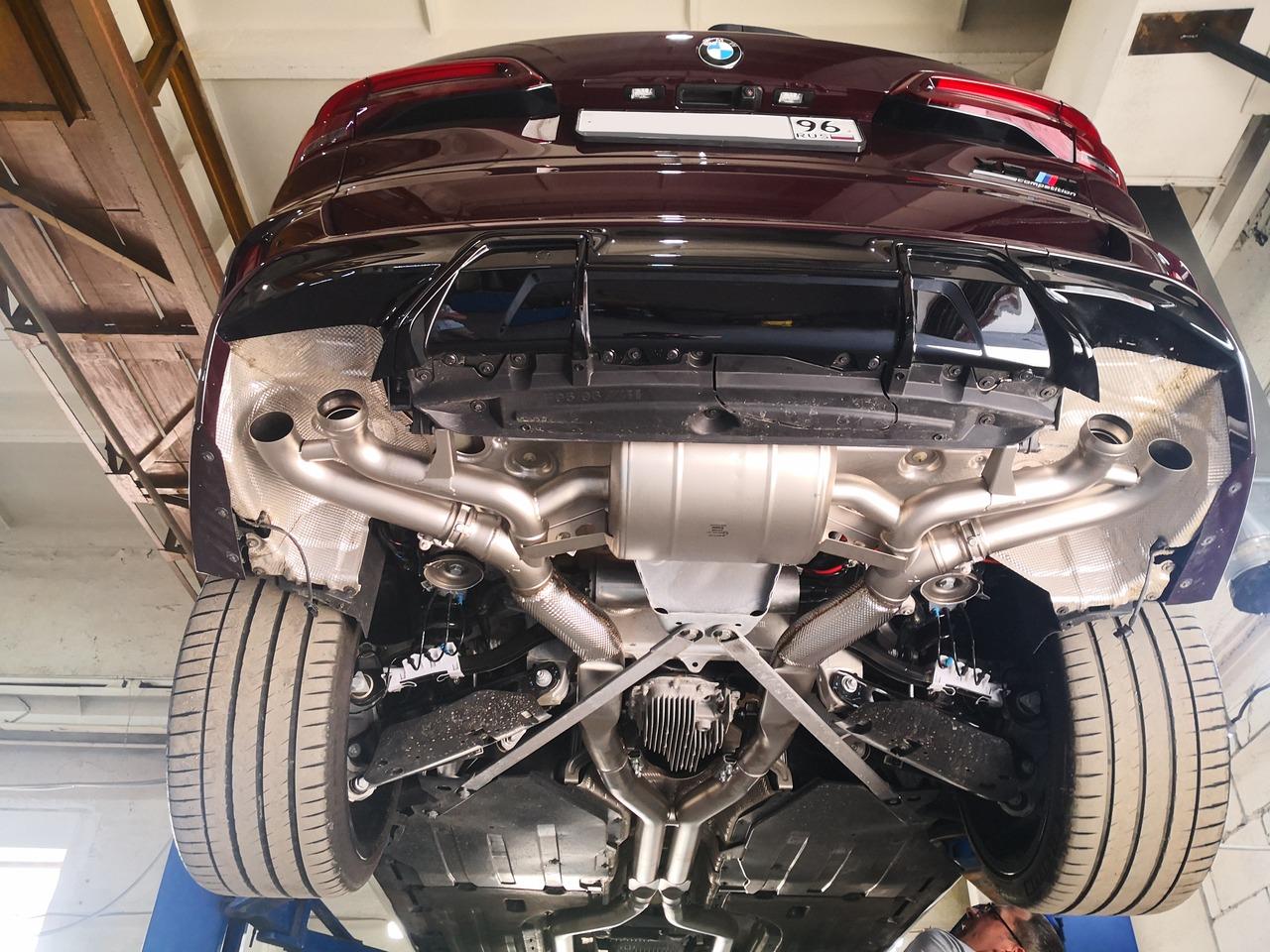 Установленный выхлоп Akrapovic, дооснащение BMW F95 X5M