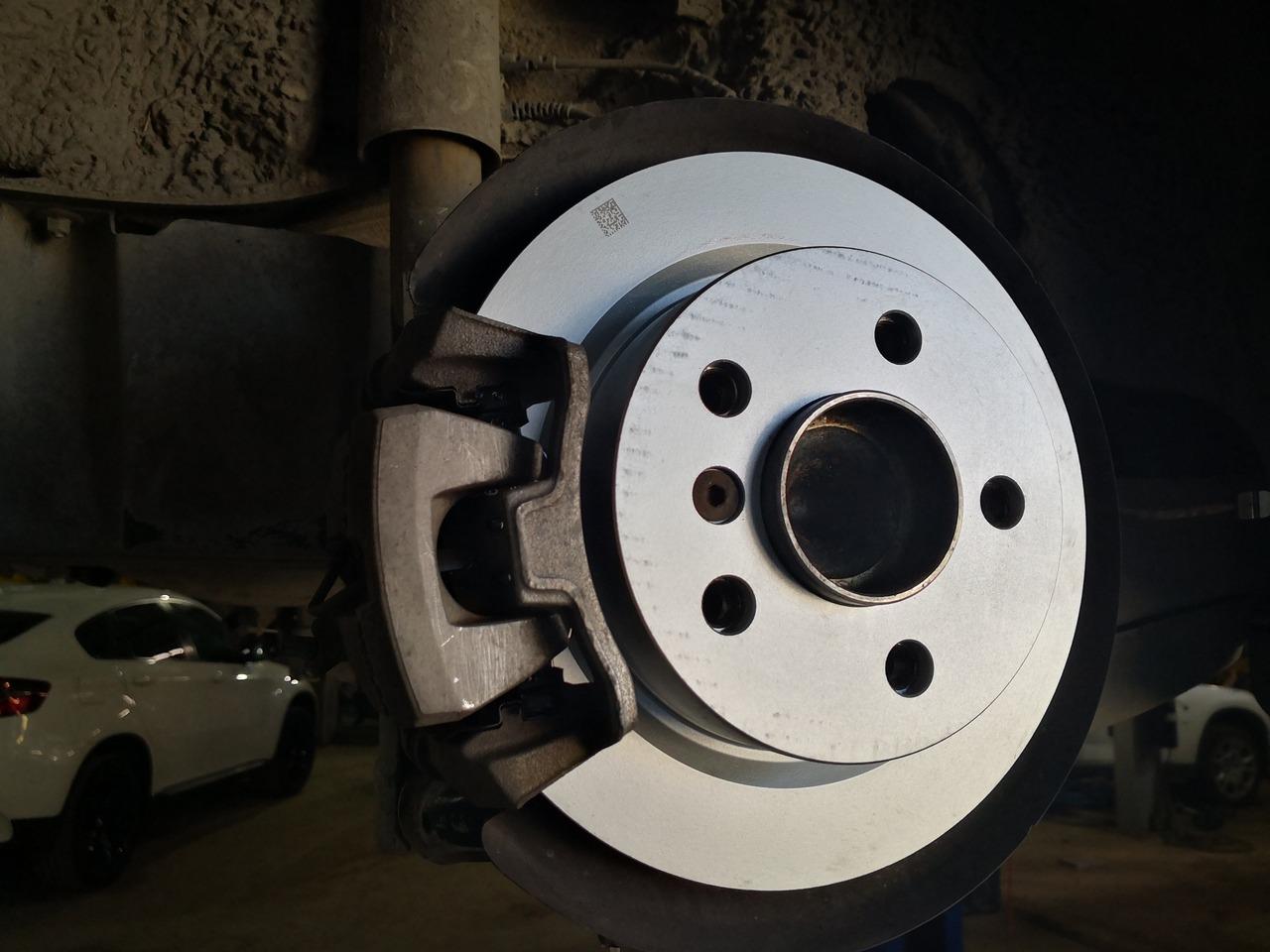 Новый тормозной диск с новой тормозной колодкой