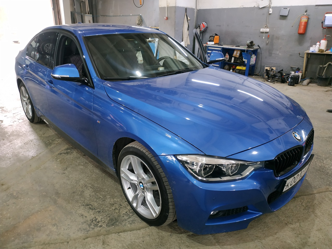 BMW F30 с зеркалом после ремонта