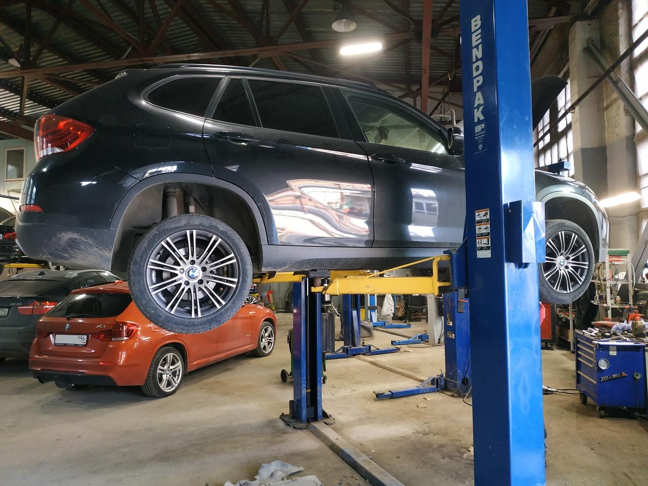 BMW X1 E84 на подъемнике, замена прокладки поддона