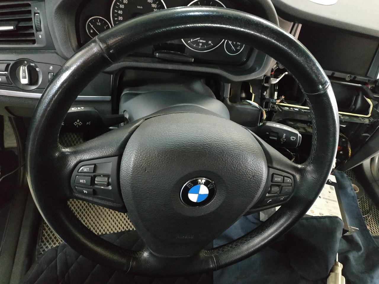 кнопки громкости и громкой связи на руле справа
