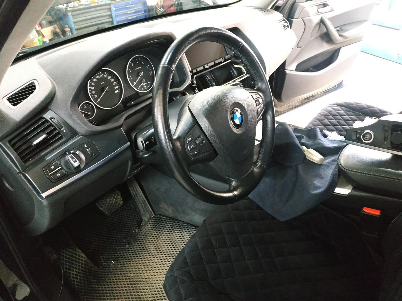салон F25 с рулем, дооснащенным кнопками