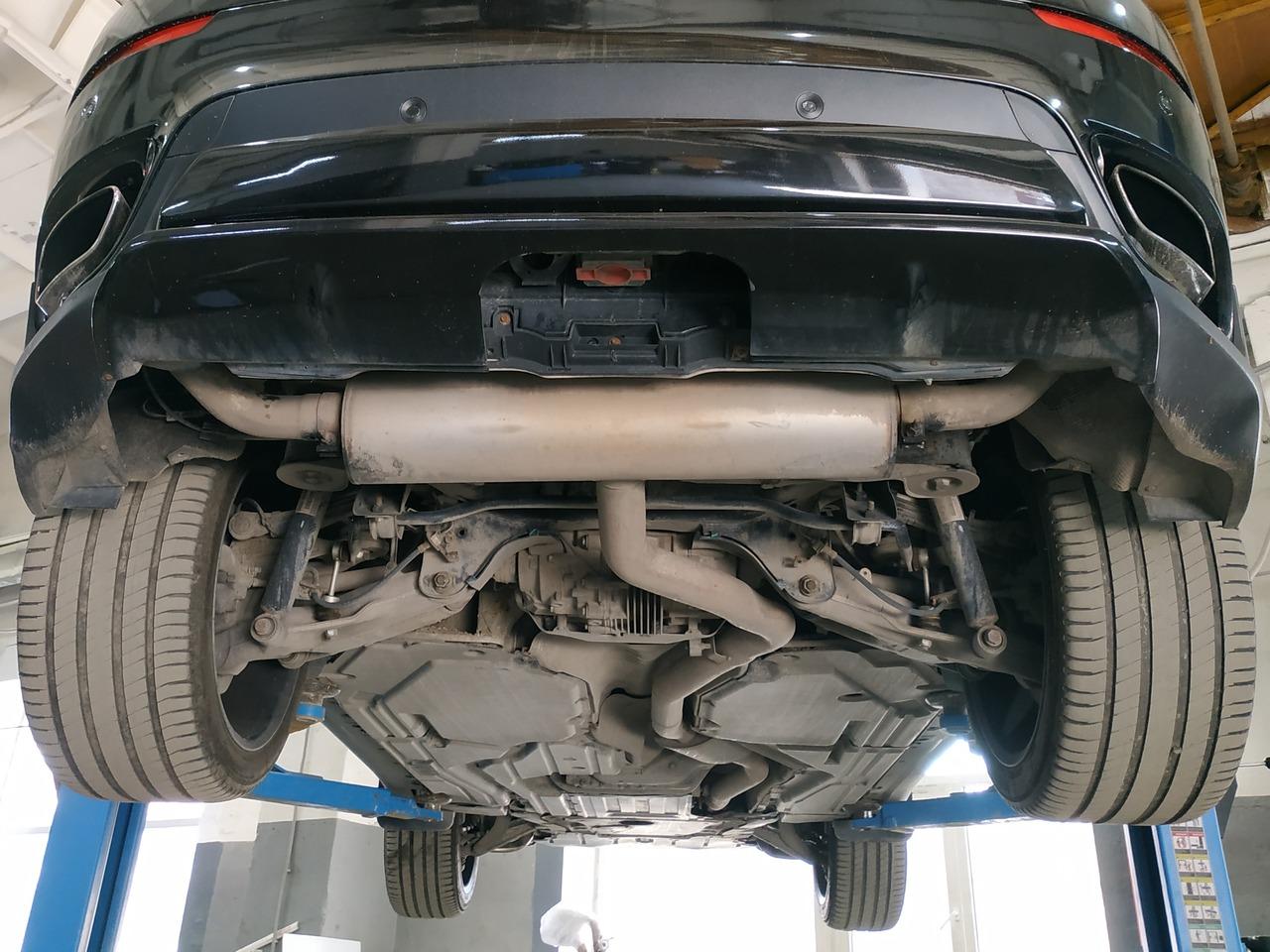BMW X6M, вид сзади и снизу