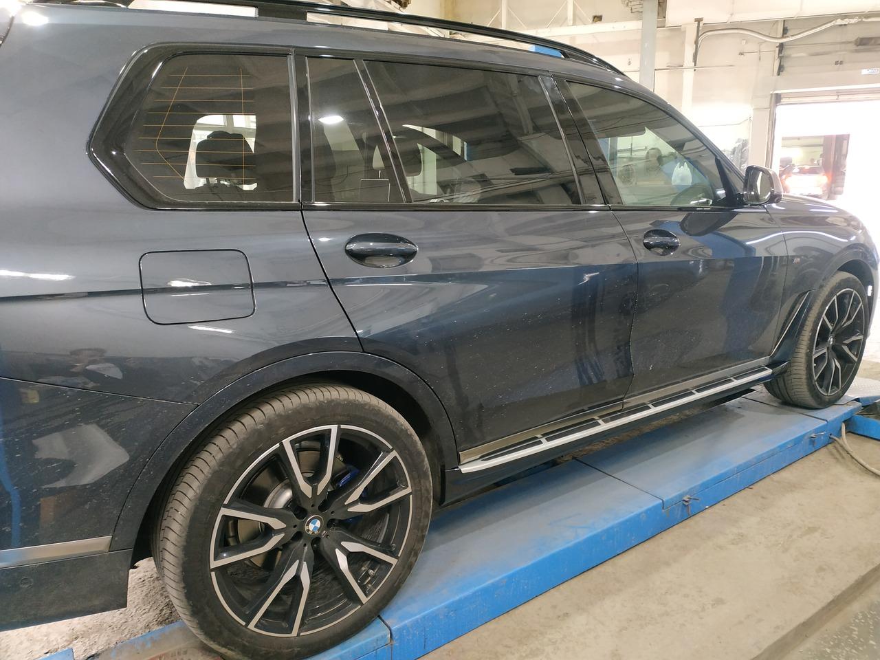 BMW X7 G07, дооснащение алюминиевыми порогами